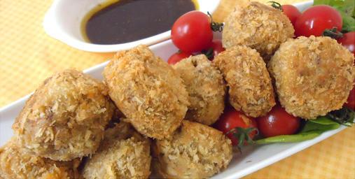 鯖の水煮缶と里芋のコロッケ カレー風味のバルサミコソース