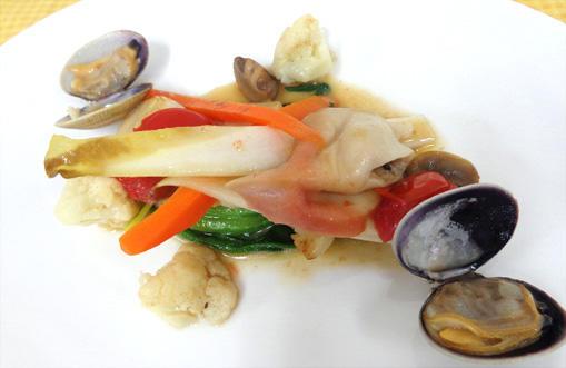 色々な貝と旬野菜の温製サラダ