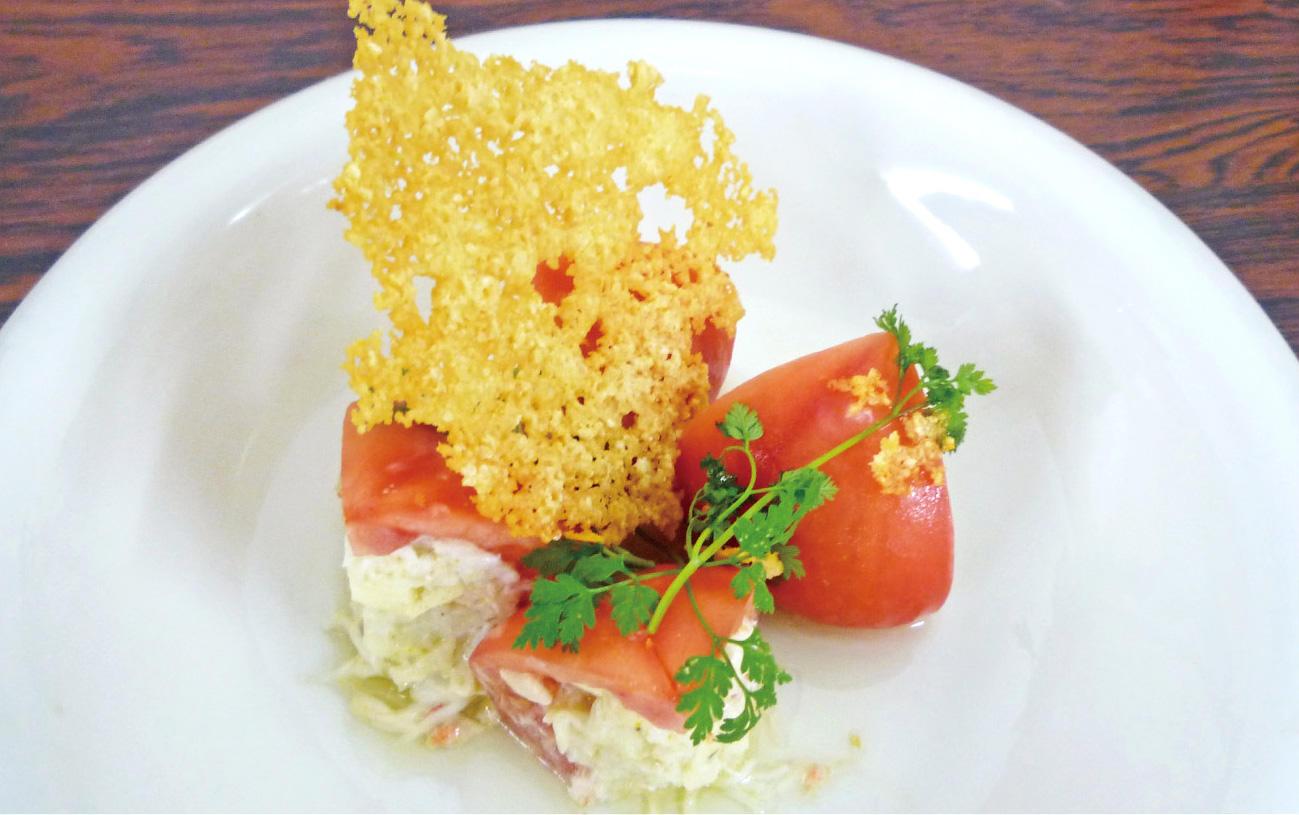 毛蟹とアボカドを詰めたトマト